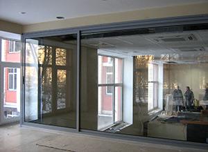 Компания «Ремонт Окон» может выполнять открывающимися стеклопакеты в домах с фасадным остеклением, не изменяя при этом внешний вид фасадов