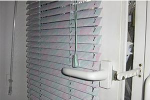 Установка алюминиевых горизонтальных жалюзи
